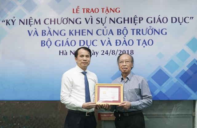 Thứ trưởng Bộ GD&ĐT Phạm Mạnh Hùng trao tặng Kỷ niệm chương Vì sự nghiệp Giáo dục đến Tổng biên tập báo Dân trí Phạm Huy Hoàn.