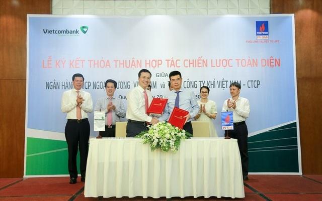 Đại diện Vietcombank, ông Phạm Quang Dũng - Thành viên HĐQT kiêm Tổng Giám đốc (hàng đầu, bên trái) và đại diện PV GAS - ông Dương Mạnh Sơn – Thành viên HĐQT kiêm Tổng Giám đốc ký kết thỏa thuận hợp tác chiến lược toàn diện giữa 2 bên