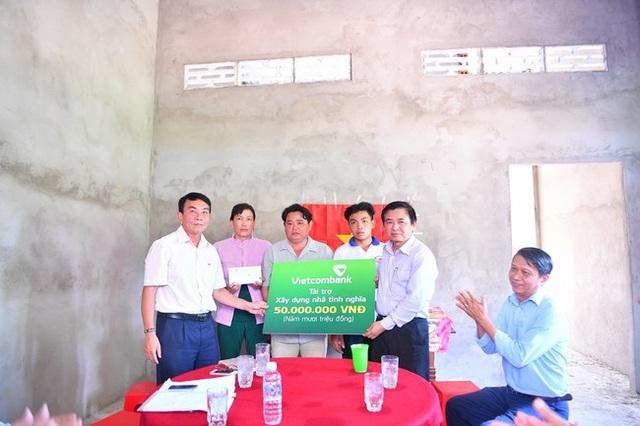 Ông Trần Phúc Cường – Phó Chủ tịch thường trực Công đoàn Vietcombank trao tượng trưng biển tài trợ số tiền 50 triệu đồng cho ông Huỳnh Văn Được