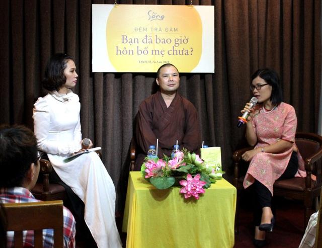 Theo nhà văn Võ Thu Hương (ngoài cùng bên phải) tuổi nào mất bố mẹ cũng đơn đớn, mất mát
