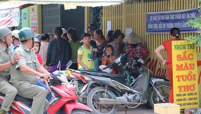 Rất đông người dân đến vây quanh cơ sở nhóm trẻ Sắc màu tuổi thơ ngay sau khi clip ghi lại cảnh các bé bị bạo hành được đăng tải.