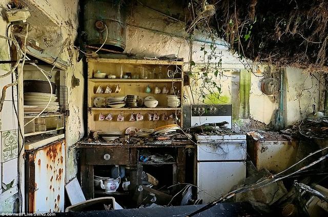 Góc bếp hoang tàn.