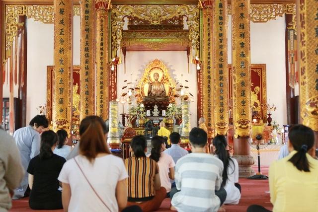 Nhiều người dân lên chùa vào ngày này để cầu chúc cho cha mẹ luôn bình an, sức khoẻ, sống mãi bên con cháu