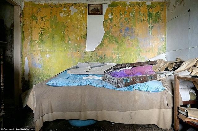 Trong một phòng ngủ khác vẫn còn một chiếc vali chứa đầy quần áo đang để mở.
