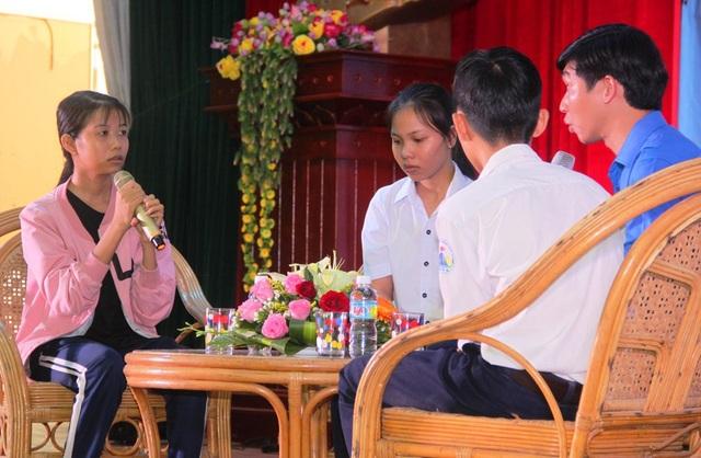 Trong buổi lễ trao học bổng cho những HS, SV nghèo tỉnh Bình Định, nhiều người không giấu nổi xúc động khi nghe em Lê Thị Thanh Dung (ngoài cùng bên trái) chia sẻ về hoàn cảnh và bệnh tật mà em đang mắc phải.