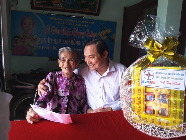 Ông Nguyễn Văn Hợp đến thăm và tặng quà cho Bà mẹ Việt Nam anh hùng Võ Thị Nhứt.