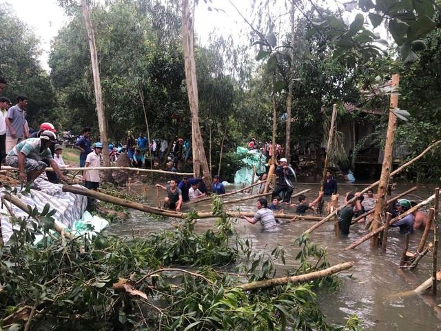Người dân và cán bộ xã Lạc Quới đã căng mình lấp miệng cống bị vỡ đến 23h đêm qua