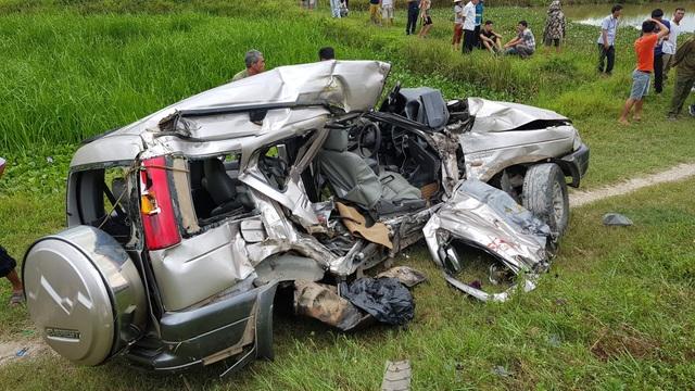 Hiện trường chiếc xe 7 chỗ bị tàu đâm, làm 2 người chết, 2 người bị thương. Hiện cả hai nạn nhân này đang được cấp cứu tại BVHNĐK Nghệ An.
