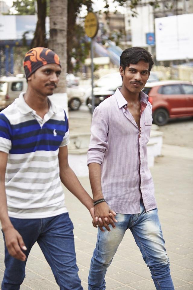 Trong văn hóa quốc gia này, những cái nắm tay đơn giản thể hiện tình cảm thân thiết giữa người anh em với nhau