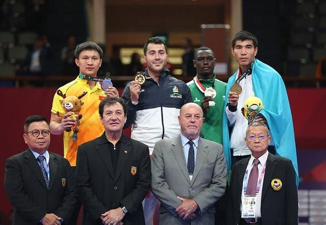 Minh Phụng (vàng) trên bục nhận HCB đầu tiên cho Karate Việt Nam