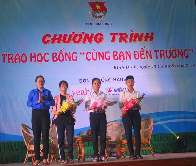 Em Dung (thứ hai, bên trái) là một trong những 75 học sinh, sinh viên, tân sinh viên có hoàn cảnh khó khăn được trao học bổng Cùng bạn đến trường do Tỉnh đoàn Bình Định tổ chức.