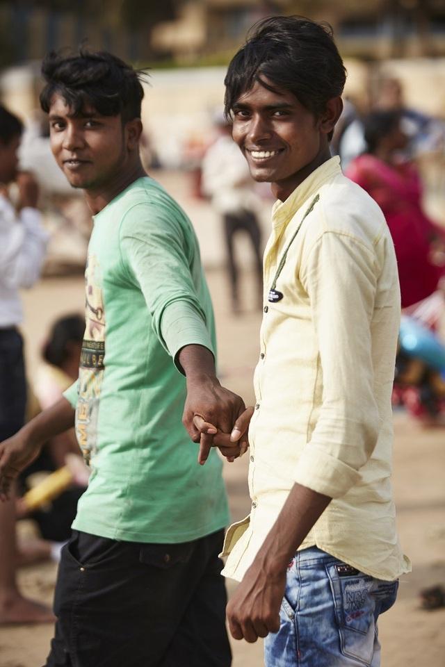 Đàn ông nắm tay nhau đi trên phố - Nét văn hóa thú vị của người Ấn Độ - 7
