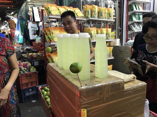 Có rất nhiều người bán chanh muối tại các khu chợ đêm ở Thái Lan