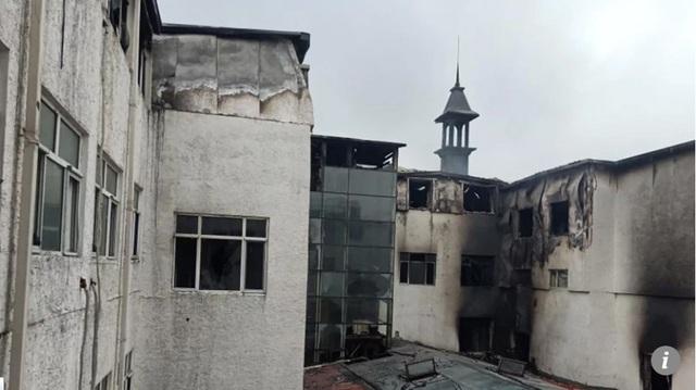 Các vệt đen loang lổ bên ngoài khách sạn sau vụ cháy.