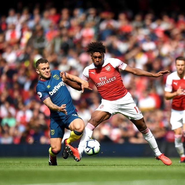 Wilshere (trái) trở lại Emirates sau khi chính thức chia tay Arsenal vào mùa hè