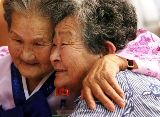 Lần này, 326 người Hàn Quốc thuộc 81 gia đình đã tới Triều Tiên để gặp lại những người thân sau hàng chục năm xa cách trong cuộc đoàn tụ kéo dài 3 ngày. Họ đã ở lại một đêm tại thành phố Sokcho ven biển phía đông của Hàn Quốc một ngày trước khi tới Triều Tiên.