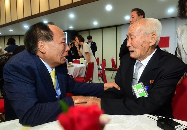 """Ông Cho Jeong-ki, 67 tuổi, vừa khóc vừa ôm người cha 88 tuổi lần đầu tiên sau hàng chục năm. Họ là cặp cha con duy nhất trong cuộc đoàn tụ lần này. """"Con là con cả của bố đây. Con chưa bao giờ nghĩ là bố vẫn còn sống"""", ông Cho nói."""
