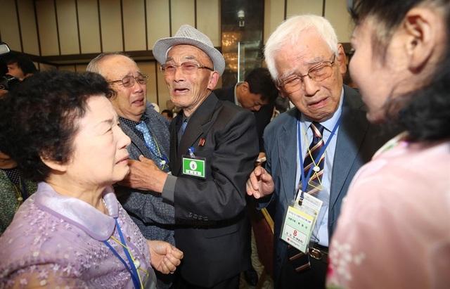 Trong cuộc đoàn tụ lần hai, ông Mok Won-sun, 85 tuổi từ Hàn Quốc, đã có cơ hội gặp lại anh trai Kim In-young, 86 tuổi, từ Triều Tiên. Ông Won-sun từng nghĩ anh mình đã chết trong chiến tranh Triều TIên.