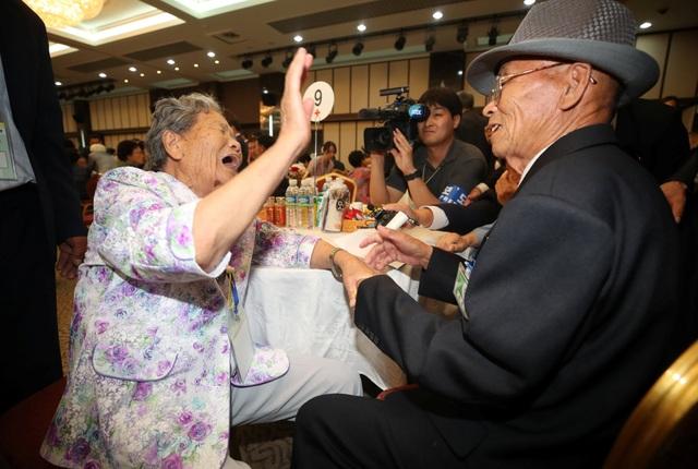 Hầu hết những người tham gia cuộc đoàn tụ đều đã ở tuổi cao. Bà Kim Jeong-sook, 81 tuổi, gặp lại chị gái Triều Tiên Jeong-ok 85 tuổi sau khi bà Jeong-ok bị mất liên lạc với gia đình trong lúc tới thành phố Cheongjin ở Triều Tiên để tìm việc.