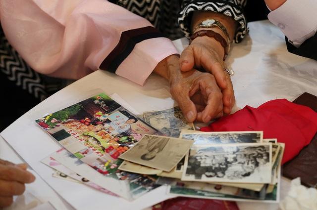 Tới cuộc đoàn tụ, nhiều người đã mang theo quần áo, thuốc men và những kỷ vật để tặng cho người thân sau nhiều năm xa cách.