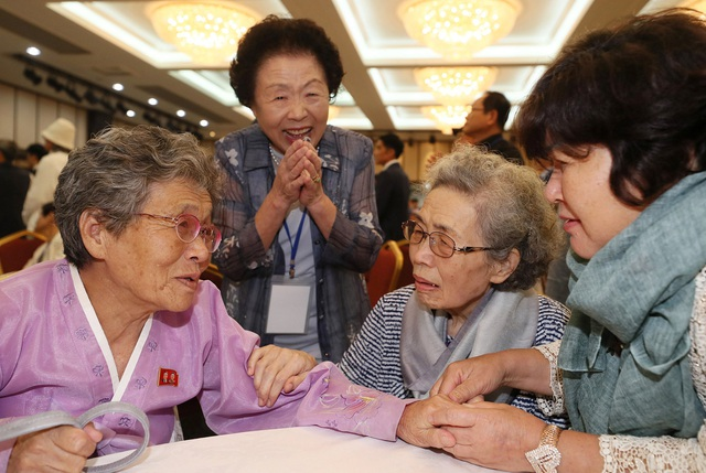 """""""Cảm ơn vì chị vẫn còn sống"""", bà Woo Gi-ju, 79 tuổi, nói trong nước mắt khi gặp lại chị gái Gi-bok 86 tuổi - người phải ngồi trên xe lăn để tới nơi đoàn tụ."""