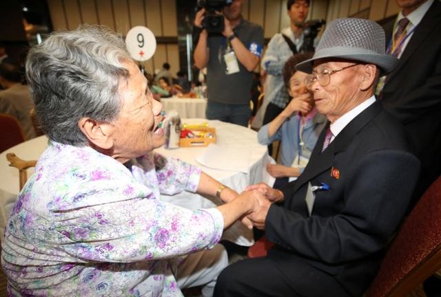 Trước năm 2018, cuộc đoàn tụ gần nhất diễn ra vào năm 2015 và chính quyền Hàn Quốc cũng như Triều Tiên nhận thấy sự cần thiết của việc nối lại các cuộc đoàn tụ trong thời gian sớm nhất vì nhiều người tuổi đã cao. Theo số liệu thống kê của Hàn Quốc, 85% số người mong muốn đoàn tụ trên 70 tuổi.
