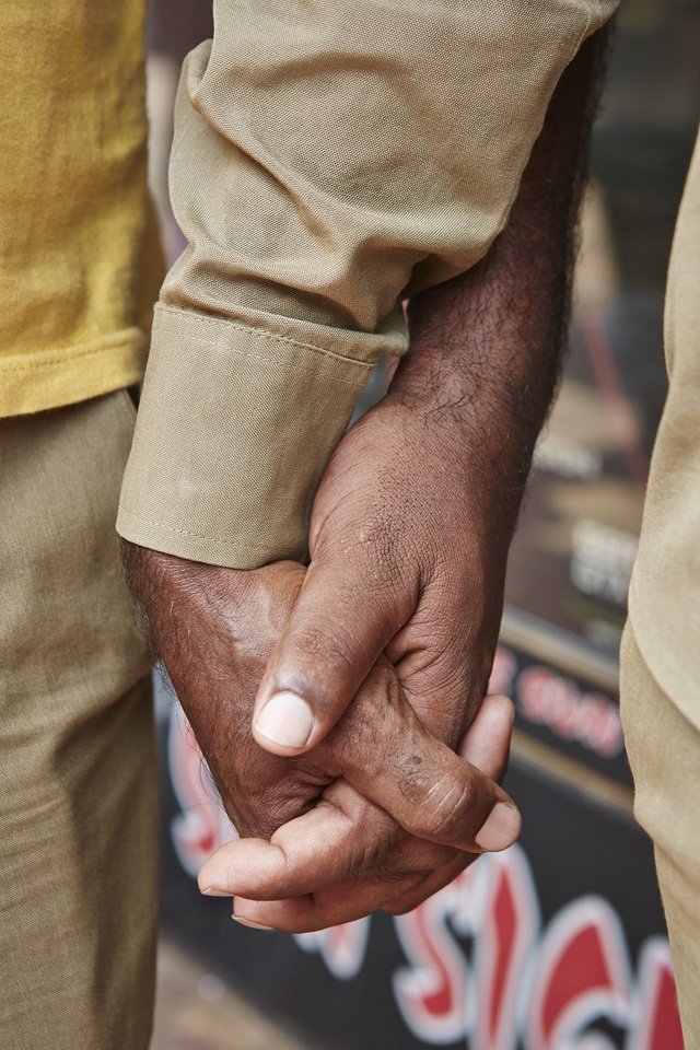 Nhiếp ảnh gia nổi tiếng người Anh đã bị cú sốc văn hóa khi lần đầu chứng kiến cảnh những người đàn ông Ấn Độ nắm tay nhau đi trên phố