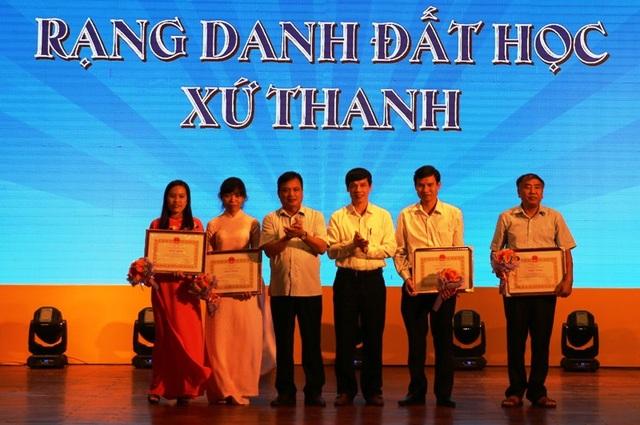 Ông Nguyễn Đình Xứng, Chủ tịch UBND tỉnh và lãnh đạo Sở GD&ĐT trao Bằng khen của Chủ tịch UBND tỉnh cho các giáo viên có học sinh đạt giải tại các kỳ thi Olympic quốc tế và khu vực.