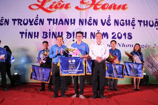 Ban tổ chức trao giải A cho Đoàn TP Quy Nhơn.