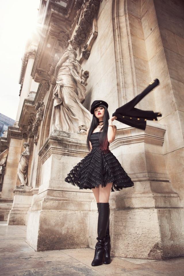 Jessica Minh Anh diễn thời trang trên sông Seine - Pháp - 2