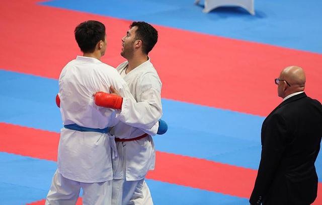 Minh Phụng và đối thủ Ganjzadeh Sajad sau khi kết thúc trận đấu