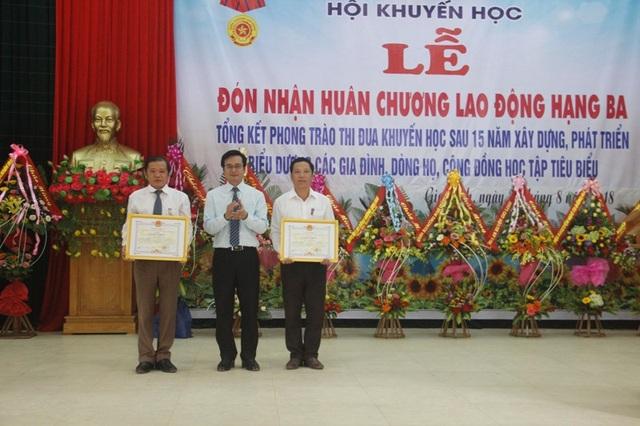 Ông Trương Chí Trung - Bí thư Huyện ủy Gio Linh trao Bằng khen của UBND tỉnh đến các cá nhân.