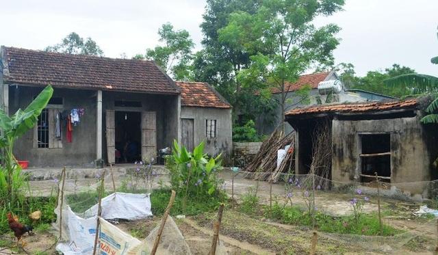 Mẹ con em Nguyệt tá túc trong căn nhà tạm bợ, cũ nát của người cậu ở thôn 12 (xã Quỳnh Tân, huyện Quỳnh Lưu, Nghệ An).