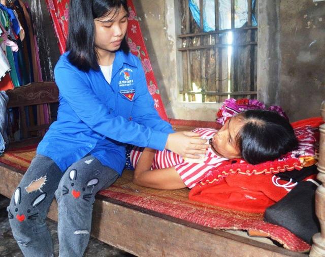 Người mẹ nghèo, thường xuyên đau ốm đành bất lực trước ước mơ hoài bão của con gái.