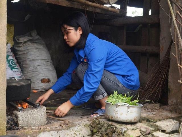 Không thể nhập học vì nghèo, Nguyệt phải ở nhà phụ giúp mẹ để chuẩn bị vào nam làm thuê.