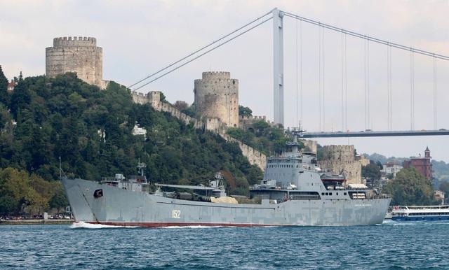Ngày 16/8, Hải quân Nga cũng điều tàu chở nhiều hàng tiếp viện tới Syria nhằm hỗ trợ cho lực lượng quân đội chính phủ Syria cho chiến dịch ở phía tây bắc nước này. Trong ảnh: Tàu đổ bộ Nikolai Filchenkov di chuyển qua eo biển Bosphorus ngày 24/8.