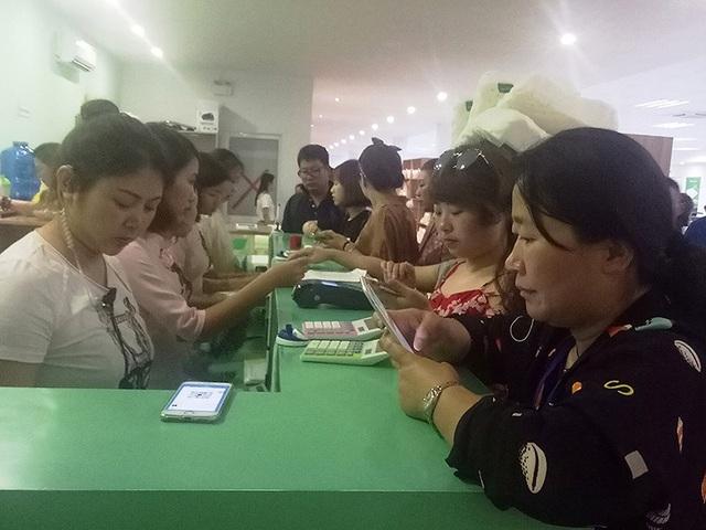 Khách Trung Quốc thanh toán qua máy POS tại một cửa hàng ở TP Nha Trang. Ảnh: TL