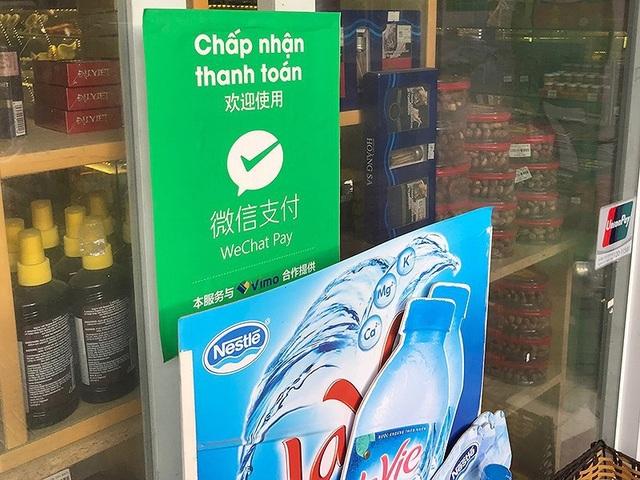 Một cơ sở kinh doanh ở TP Nha Trang treo bảng thông báo công khai thanh toán bằng hình thức WeChat Pay. Ảnh: TL