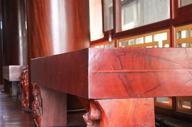 Những phản gỗ được sắp đặt khá bắt mắt trong khuôn viên căn nhà.