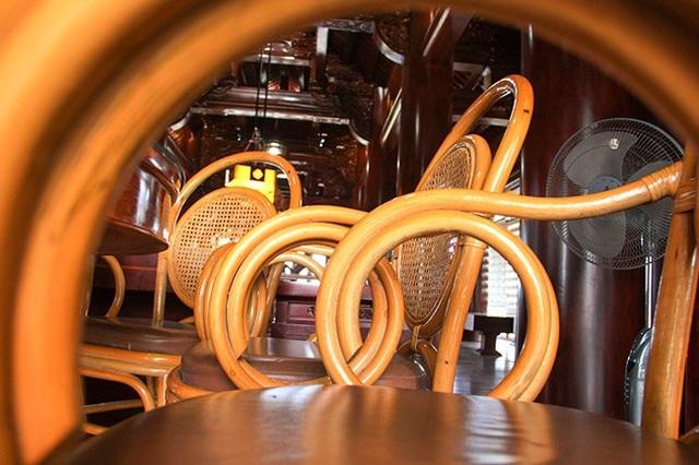 Những chiếc ghế gỗ kết hợp từ cây song.