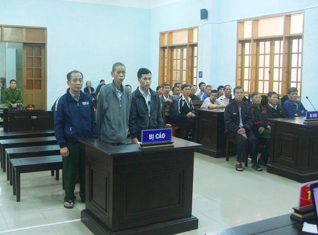 Các bị cáo Nhương, Tiên, Hùng (từ trái qua) tại Tòa