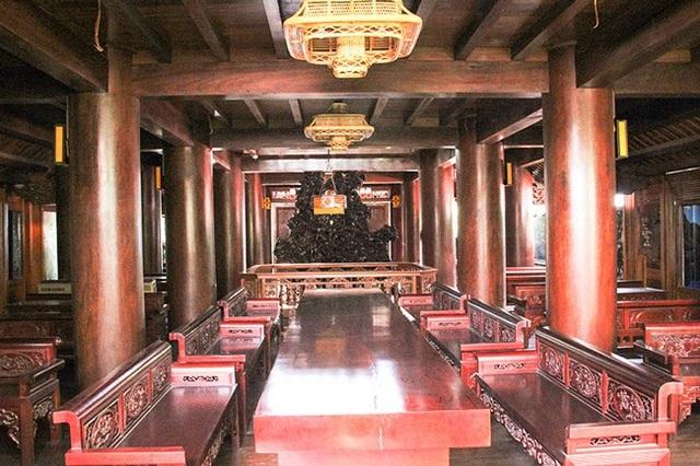 Số gỗ được ông Lân mua ở Lào về từ nhiều năm trời. Sau khi đã đủ số lượng gỗ để cất nhà, ông bắt đầu thuê thợ từ các tỉnh như: Huế, Đà Nẵng, Bắc Ninh, Nam Định... về dựng.