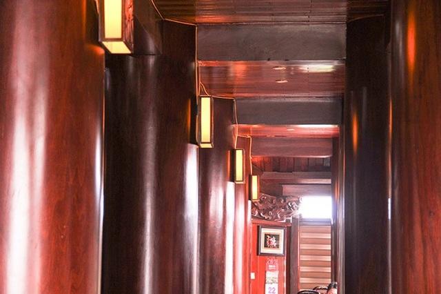 """Gỗ chủ yếu là gỗ Sao xanh, một trong những loại gỗ tốt và chịu được mối mọt cao. """"Tổng số 22 cột, trong đó có 6 cột chính giữ cao tới 17,5m. Đường kính trung bình mỗi cột từ 70 -90cm"""" – chủ nhân ngôi nhà cho hay."""