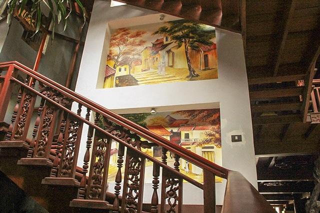 Tại mỗi chiếu nghỉ ở cầu thang, gia chủ trang trí bằng những bức tranh sơn dầu về phong cảnh, đồng quê... tạo cho không gian ngôi nhà thêm sinh động.