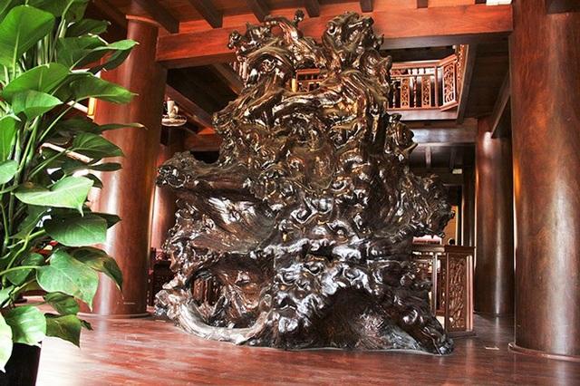 Không gian thoáng đãng trên tầng 3 được bài trí bằng 1 bộ rễ cây Đinh hương cao tới 3m, rộng 2,8m. Được gia chủ bật mí, đây là gốc rễ có tuổi đời hàng trăm năm.
