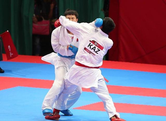 Minh Phụng đánh bại đối thủ người Kazakhstan ở vòng bán kết