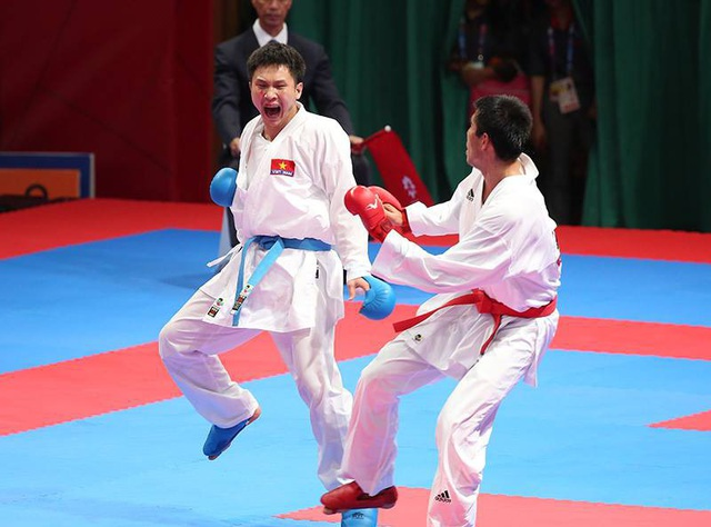 Minh Phụng (đai xanh) thi đấu xuất sắc để vào chung kết nội dung Kurmite môn Karate