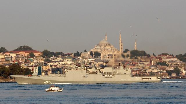 Hải quân Nga đã triển khai các tàu này tới cảng Tartus của Syria nằm trên bờ biển Địa Trung Hải. Trong ảnh: Tàu hộ vệ Đô đốc Essen của Hải quân Nga di chuyển qua eo biển Bosphorus ngày 25/8.