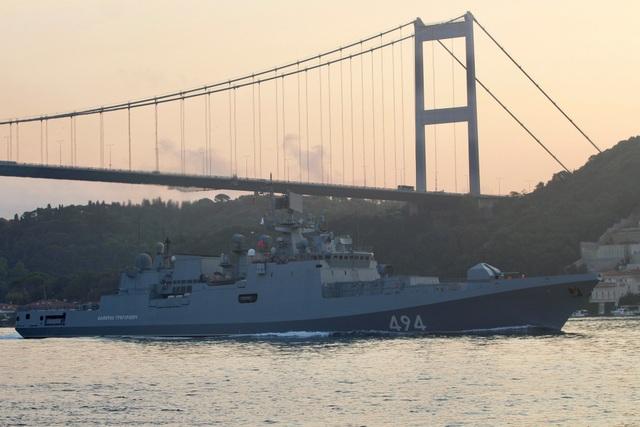 Theo trang tin Almasdar News, các tàu hải quân của Nga gần đây đã đồng loạt di chuyển qua eo biển Bosphorus để tiến về phía lãnh hải Syria. Đây đều là những tàu lớn của quân đội Nga. Trong ảnh: Tàu hộ vệ Đô đốc Grigorovich của Hải quân Nga đi qua eo biển Bosphorus ngày 25/8.