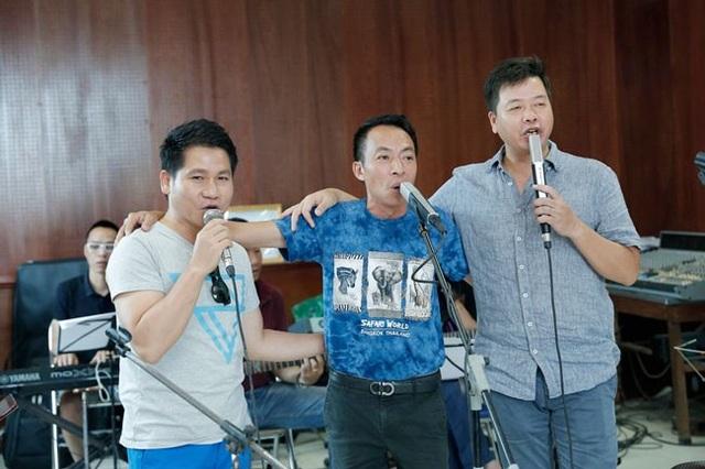 Tối ngày 26/8 tại Hà Nội, Trọng Tấn - Đăng Dương - Việt Hoàn sẽ tổ chức liveshow concert Đường chúng ta đi. Đây là lần đầu tiên 3 ca sĩ dòng nhạc đỏ đứng chung sân khấu để hòa giọng từ đầu tới cuối liveshow.